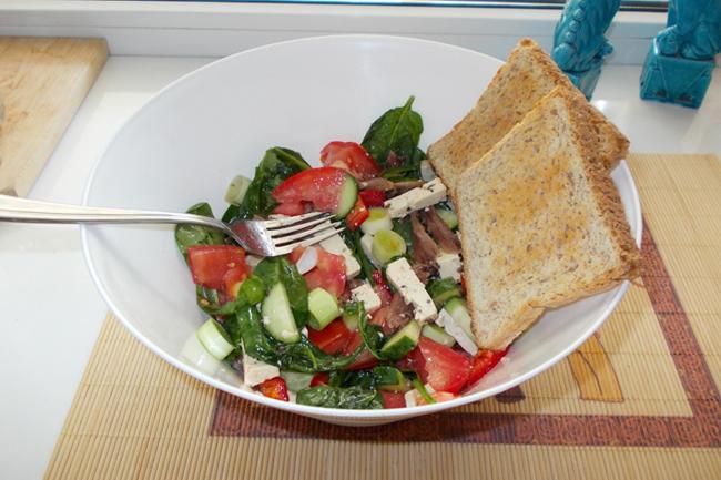 Salată cu baby spanac, file anșoa și tofu marinat cu chimen