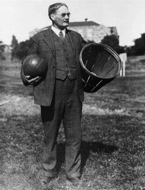 James Naismith a pus bazele jocului de baschet