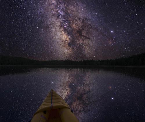 Galaxia Calea Lactee văzută noaptea