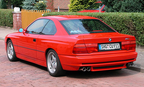 BMW seria 8 GT Coupe roșu cu vedere din spate